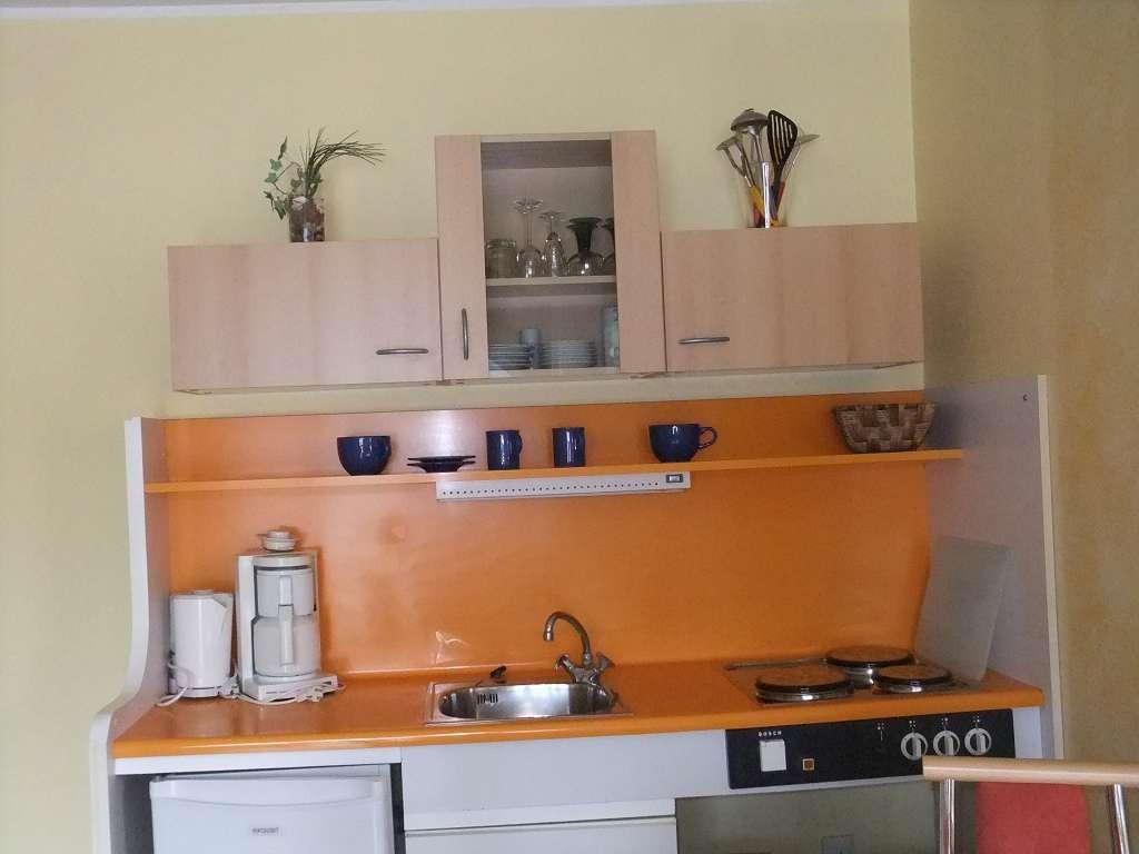 Küchen- Kochnischenausstattung kann je nach FeWo-Typ variieren. Vorhanden sind: Kaffeemaschine, el. Wasserkocher, Kühlschrank, E-Herd mit 2-3 Platten, Spüle, Töpfe, Pfanne, Geschirr, Besteck, Gläser