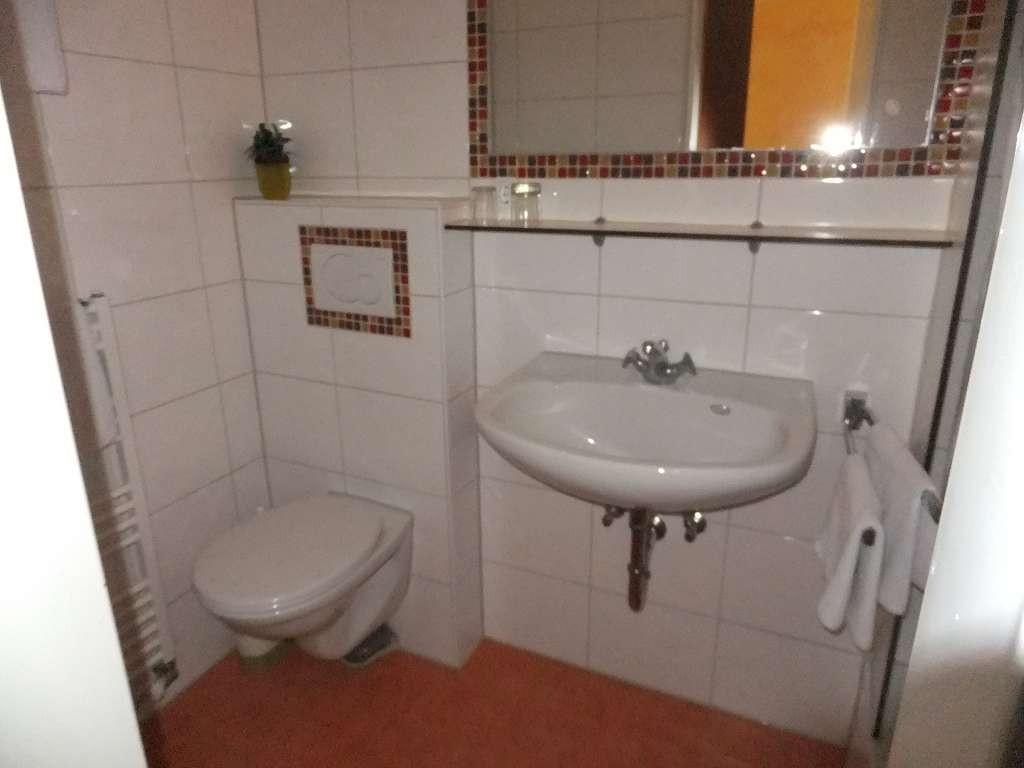 Beispiel: Modern gestaltetes Duchbadezimmer einer Unterkunft Persönliche Dinge wie Fön, Seife, Duschgel, etc. sind nicht Bestandteil der Ausstattung.