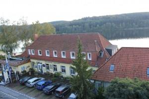 Strandhof Landseite mit Möhnesee und Arnsberger Wald im Hintergrund.