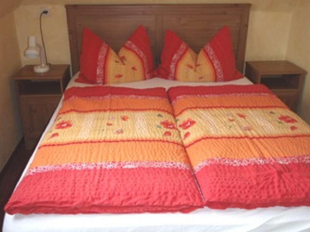 Beispiel: Schlafbereich Ferienwohnung im 1. Obergeschoss zum See gelegen ohne Balkon. Hier mit Hotelmatratze (franz.) Liegefläche ca. 140cm x 200cm