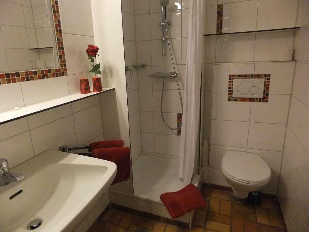 Beispiel: Modern gestaltetes Duchbadezimmer einer Unterkunft. Perönliche Dinge wie Fön, Seife, Duschgel, etc. sind nicht Bestandteil der Ausstattung.